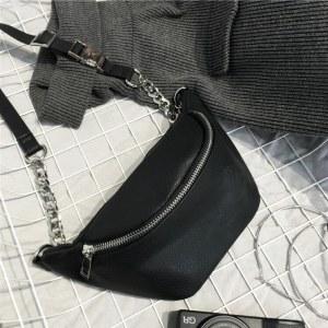 Bolsa Pochete Femenina en Cuero Blanca y Negro