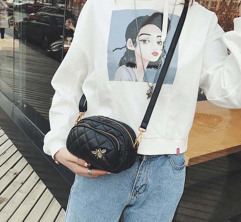 Bolsa y Pochete de Cintura Matelassê Bordado Abeja Negra, Pochete Matelasse moda 2018