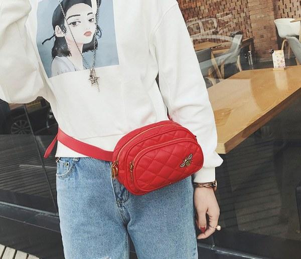 Bolsa y Pochete de Cintura Matetaje Bordado Abeja de color rojo