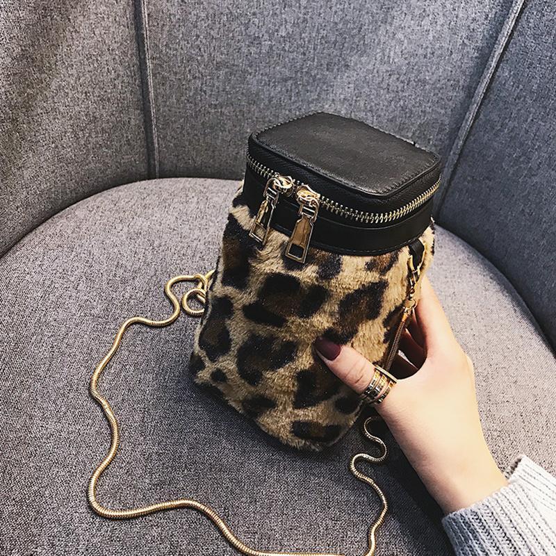 bolsa Bucket feita de couro sintético e revestida com detalhes em pelos artificiais.