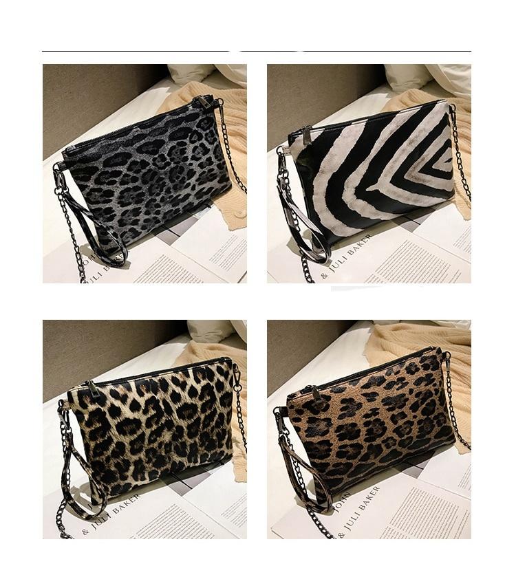 Essa elegante bolsa Clutch animal print é feita de couro sintético.Alem disso possui uma longa alça de corrente,assim como uma alça de pulso. Para uma transição perfeita do dia para a noite